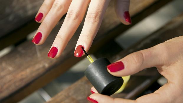Comment éviter les taches de vernis à ongles sur le vernis rouge